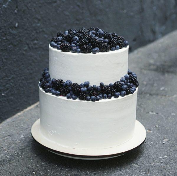 свадебный 2-х ярусный торт с синими ягодами на заказ