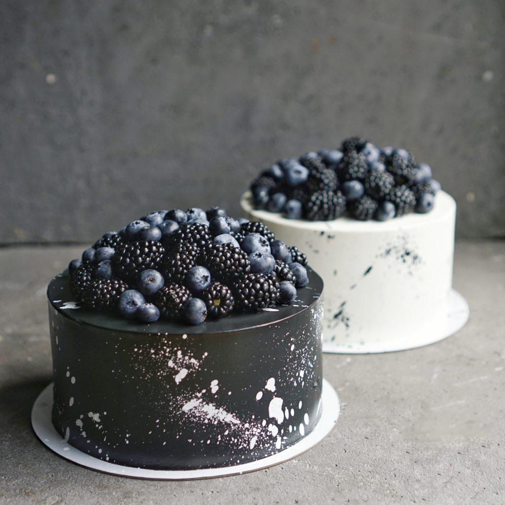 Торт с горкой синих ягод , черным кремом и брызгам