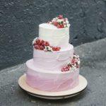 Свадебный торт розовый с ягодами заказать москва