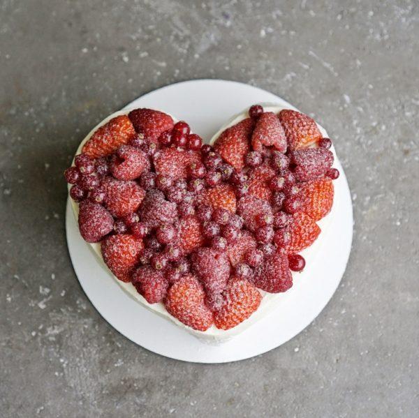 Торт Павлова в форме сердца