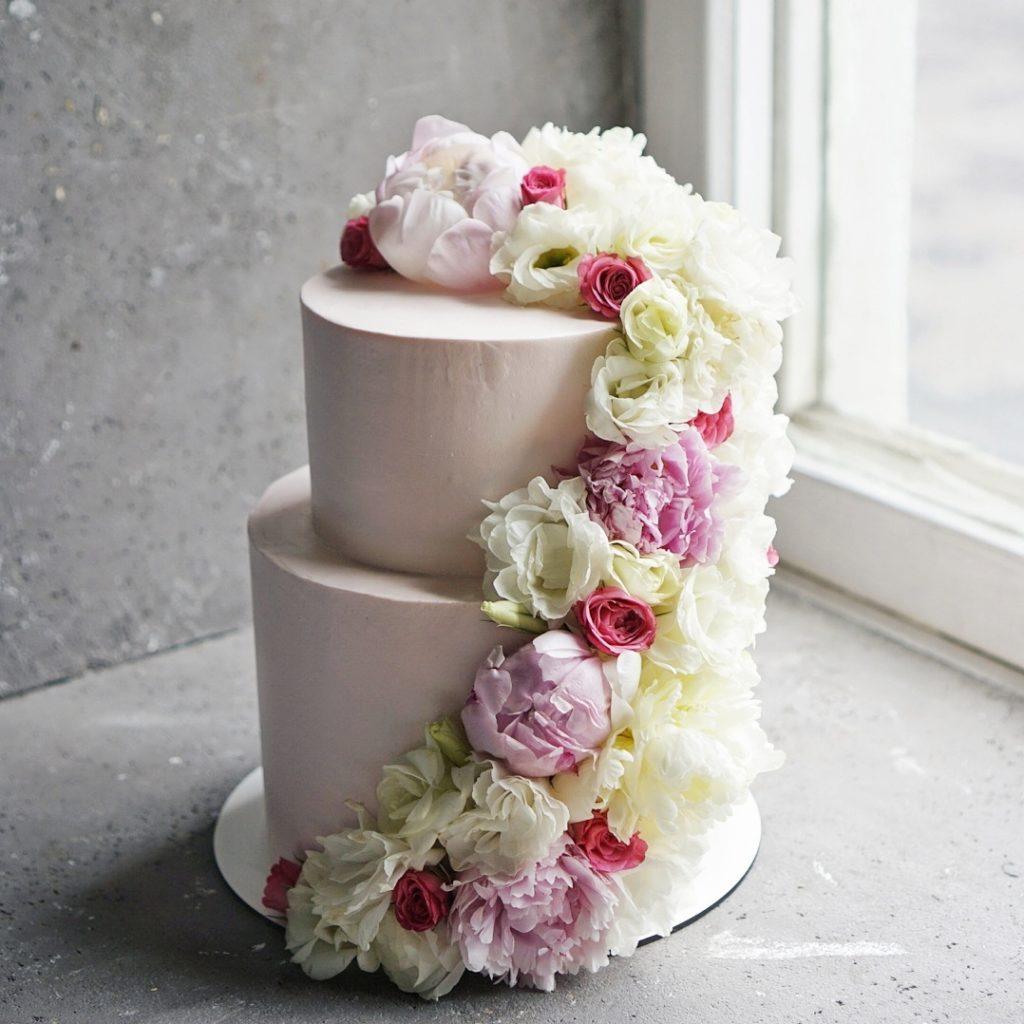 Свадебный торт с живыми цветами заказать в москве